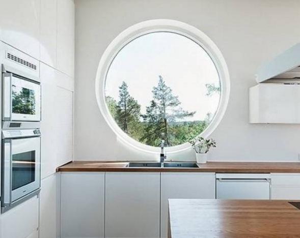Нестандартные пластиковые окна в доме, коттедже, на даче